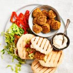 lassie-recept359-pitabroodje-zelfgemaakte-falafel-knoflooksaus